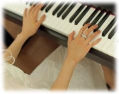 ピアノの鍵盤を弾いている